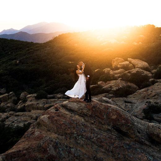 Drohnenfoto von einem Hochzeitspaar beim Fotoshooting