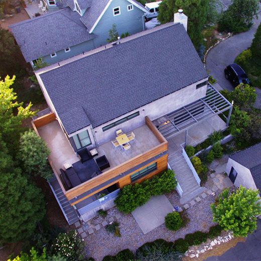 Luftaufnahme von modernem Haus mit Grundstück